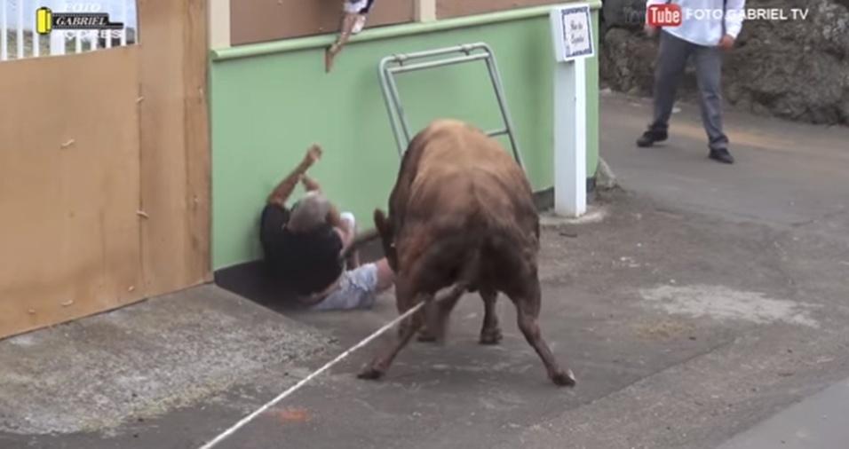15.jun.2017 - Outros participantes da corrida estendiam a mão por cima de um muro para tentar salvar o homem do ataque do animal