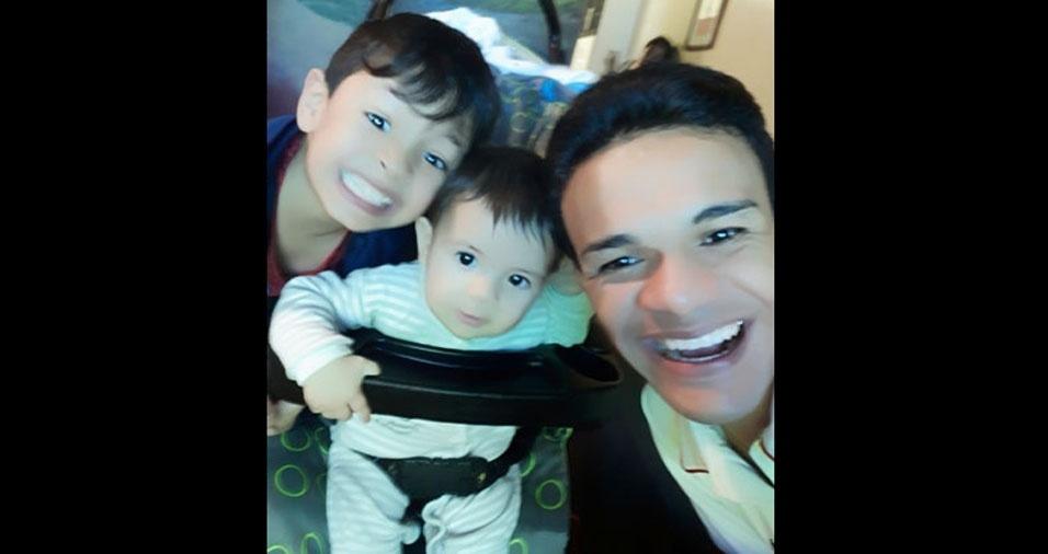 Robson Santana com os filhos Pedro, sete meses, e Davi, cinco anos. Eles moram em Osasco (SP)