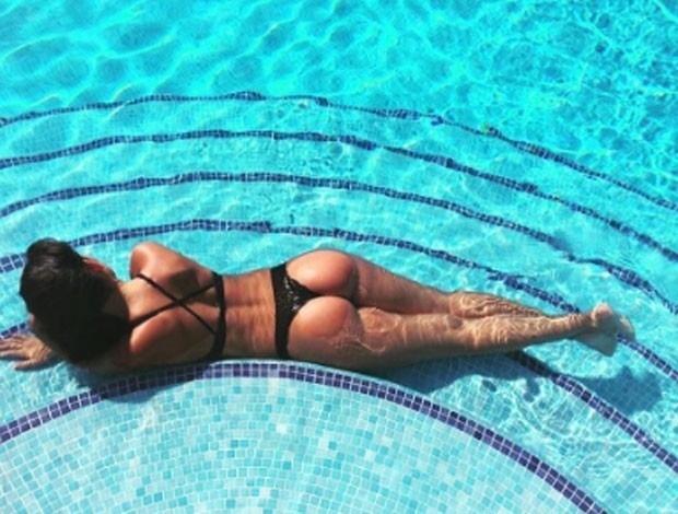 4.set.2017 - Aos 22 anos, Georgina Rodriguez exibe um corpo escultural enquanto curte uma piscina em Ibiza
