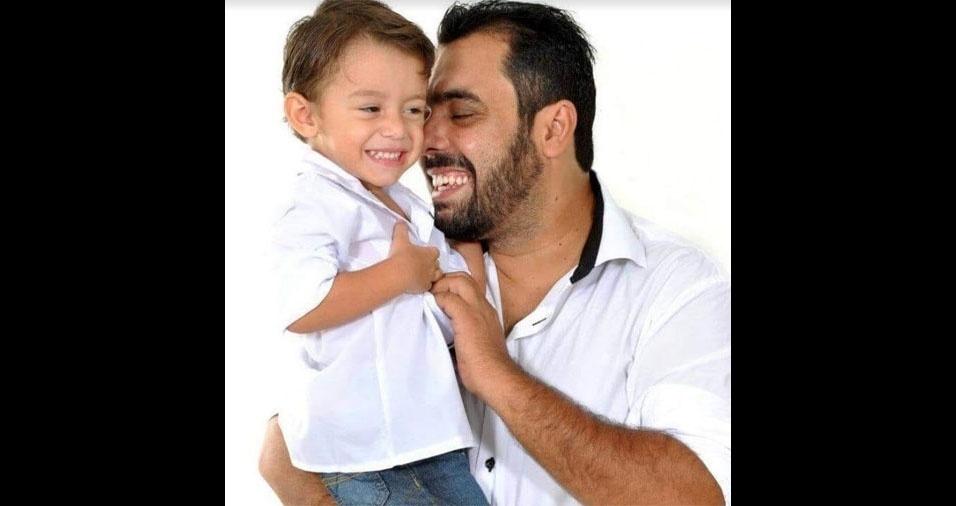 Heitor de Souza Campos Miranda recebendo um carinho do pai Ailson Gustavo Campos Miranda, de Governador Valadares (MG)