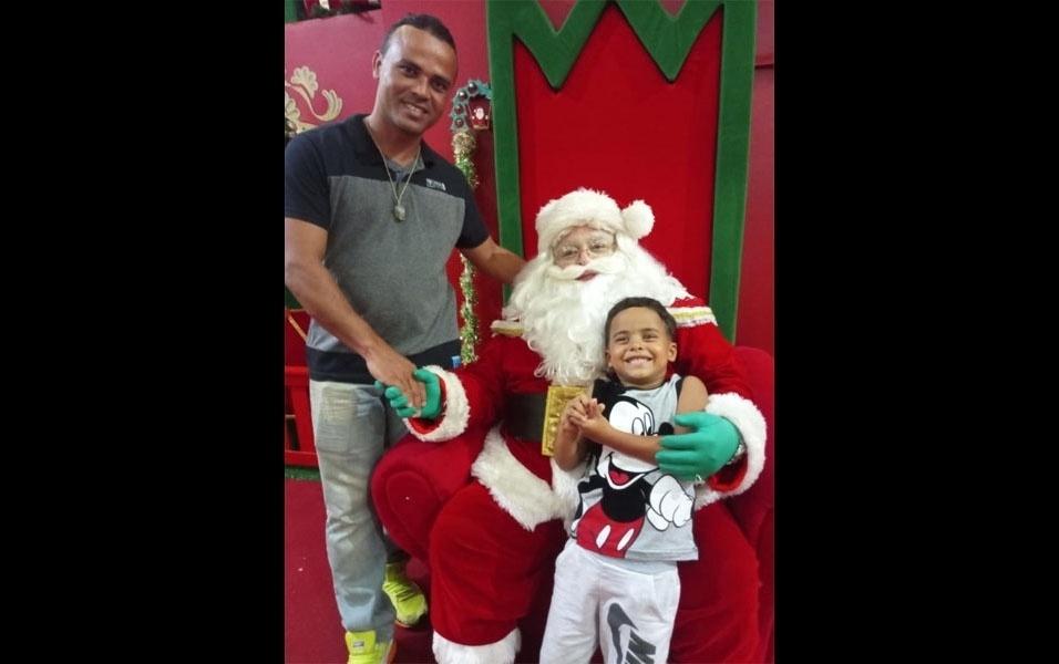 Ricardo Neves manda uma fotinho do esposo, Antônio Silva, e seu filho de cinco anos, Juan Pablo, junto ao Papai Noel no Tambiá Shopping no centro de João Pessoa (PB)