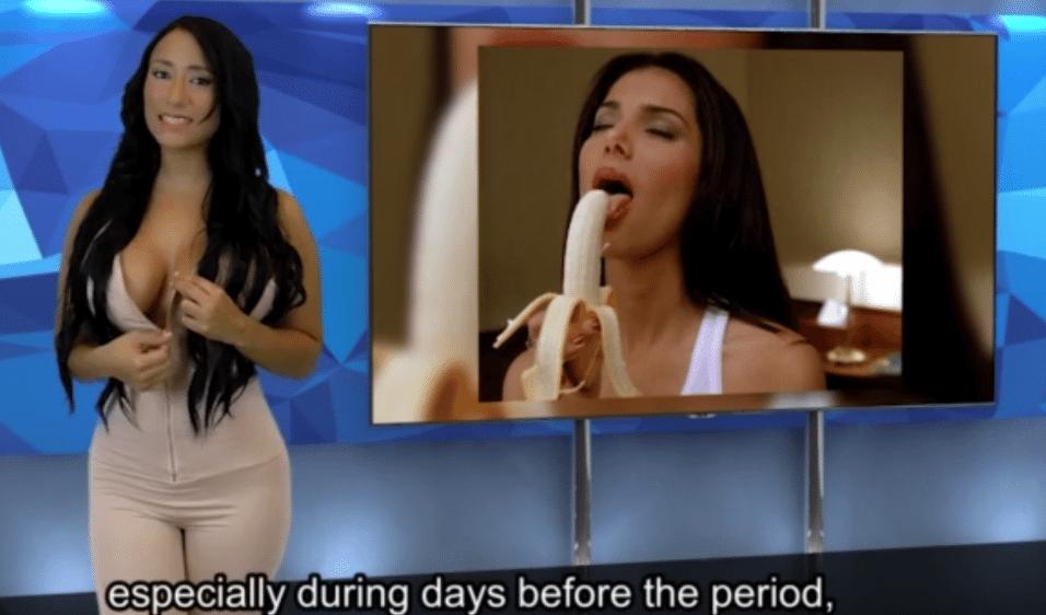 27.set.2015 - A apresentadora se prepara para tirar a parte de cima de seu traje