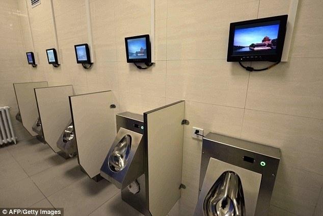18.dez.2015 - Autoridades chinesas apresentaram os novos banheiros públicos de Pequim, equipados com conexão wi-fi à internet, caixa eletrônico e até recarga para bicicletas elétricas. Os novos lugares estão sendo batizados como