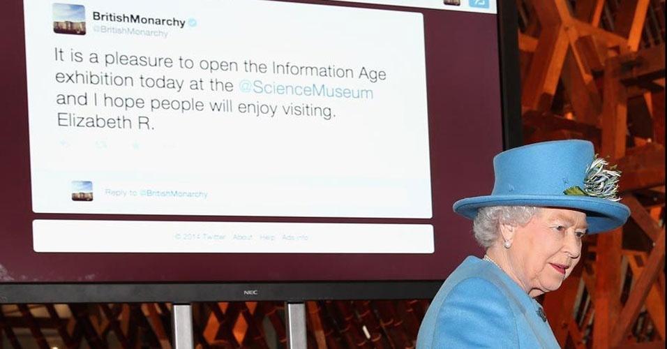 11. A rainha mandou seu primeiro e-mail em 1976, muito antes da internet se popularizar. Isso aconteceu de um computador em uma base do Exército Britânico. Em 1997, a rainha lançou o primeiro site oficial do Palácio de Buckingham e em 2014, Elizabeth 2ª tuitou pela primeira vez em uma mostra no Museu de Ciência, em Londres