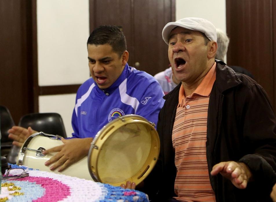 Um dos sonhos de Chapinha (dir.) é fazer com que o Samba da Vela se mantenha vivo para sempre, Chapinha fez questão de apresentar seu maior tesouro ao filho Webert Ferreira (esq.) quando ele ainda tinha 13 anos