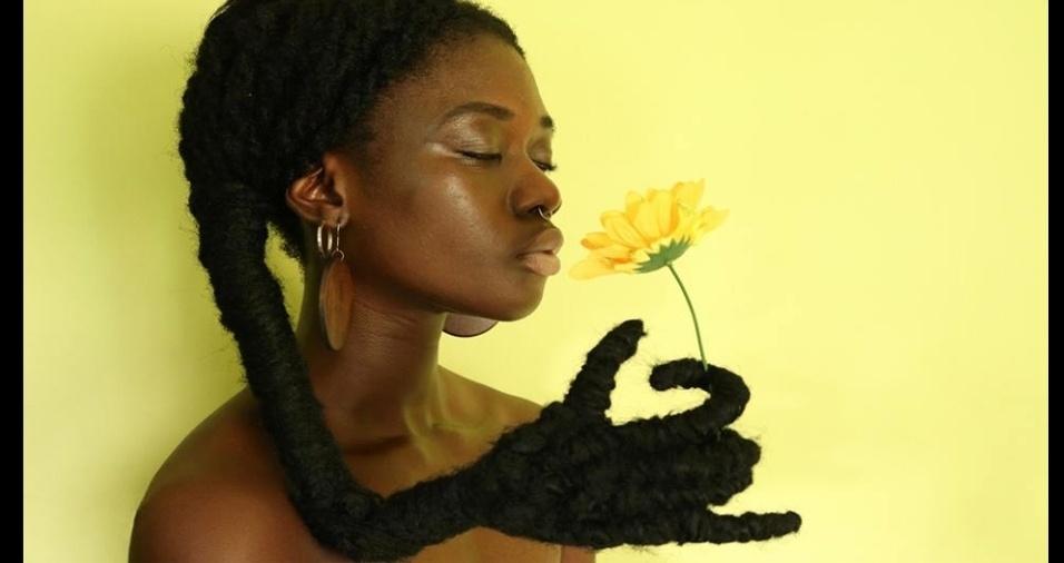 """9. Seja no Facebook ou no Instagram, elogios enchem as fotos da criativa Laeti. A inspiração para a série de cabelos que mostram """"mãos"""" veio da ideia de uma super-heroína africana, cujo poder estivesse no cabelo"""