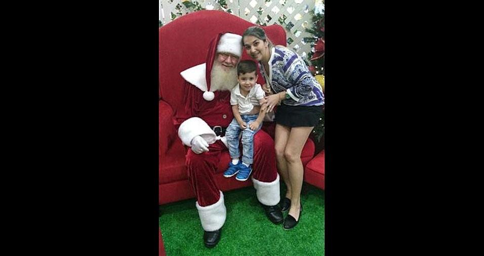 Mamãe Débora e o pequeno João Vitor com o papai Noel, de Blumenau (SC)