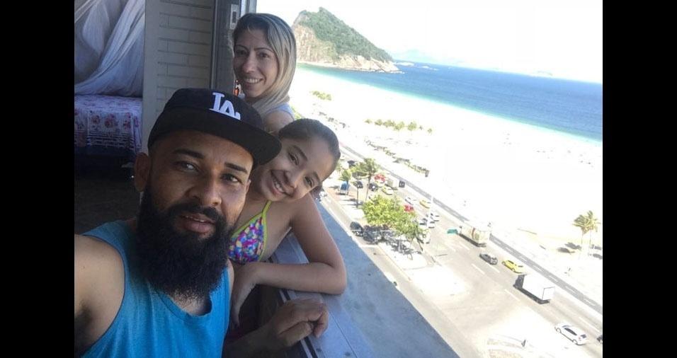 André, de São Pauolo (SP), com a filha Isabeli e a mãe Aline, de Pindamonhangaba (SP), passando férias em Copacabana, no Rio de Janeiro