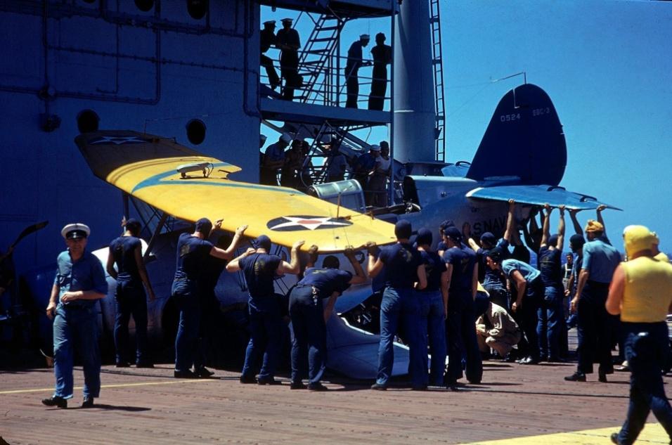 1940 - Soldados movem avião que sofreu um pequeno acidente sobre o porta-aviões Enterprise CV-6
