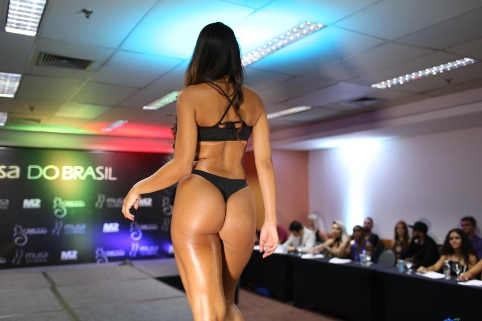 14.dez.2016 - Clariane Caxito exibe curvas maravilhosas na passarela do Musa do Brasil 2016