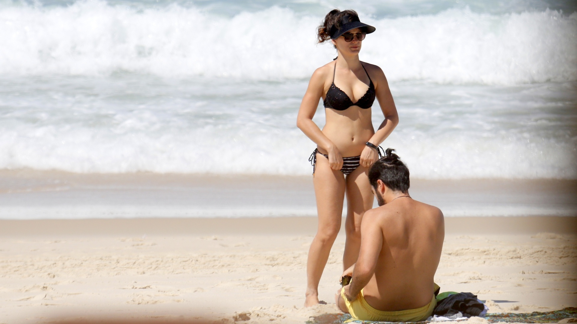 17.mar.2017 - A atriz Bianca Bin arruma o biquíni em tarde de praia