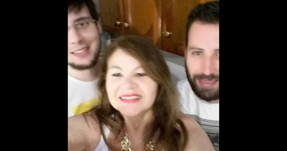 A mamãe Lurdes com os filhos Rodrigo e Marcelo