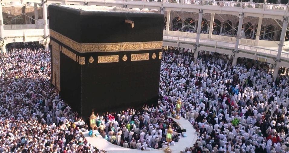 17. Durante o Ramadã, mês do jejum para os muçulmanos, milhões de pessoas se reúnem na Mesquita Sagrada de Meca, na Arábia Saudita, para orar em direção à Caaba, construção que envolve a pedra sagrada Hajar Al-sawad