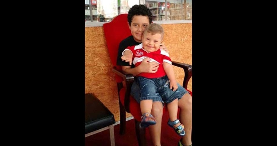 Andréia, de Porto Alegre (RS), enviou foto dos filhos Lorenzo, de dois anos, e Matheus, de 11 anos