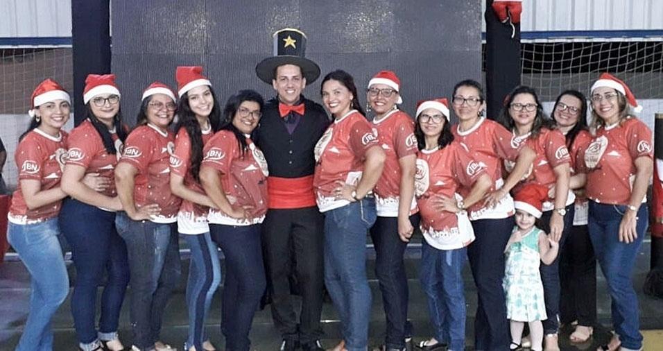 """""""Eu, Fernando Barros, de mágico, com a equipe de professoras da Educação Infantil do Colégio Joaquim Barroso Neto, em Maracanaú (CE), durante o auto de Natal da escola com o tema 'Natal Mágico'"""""""