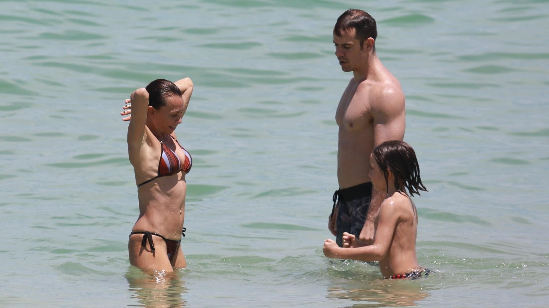 28.fev.2016 - A atriz Carla Marins foi flagrada com a família na praia da Barra da Tijuca, no Rio de Janeiro. Aos 47 anos, Carla mostrou que continua em ótima forma. Ela é casada desde 2006 com o personal trainer Hugo Baltazar, com quem teve Leon