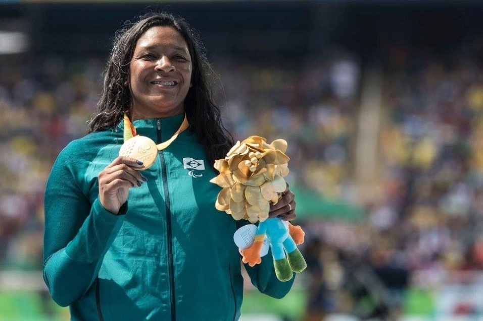 10.set.2016 - Shirlene Coelho faturou o ouro no lançamento de dardo F37. No desfile de abertura, a atleta foi a porta-bandeira do Brasil. Coelho, de 35 anos, natural de Goiás, já havia sido campeã paraolímpica na prova em Londres-2012 e prata em Pequim-2008. No Rio, sua superioridade foi absoluta: seu melhor lançamento, o terceiro, foi para 37,57 metros, mas todas as outras tentativas válidas também lhe confeririam o ouro - a brasileira queimou a sexta e última chance