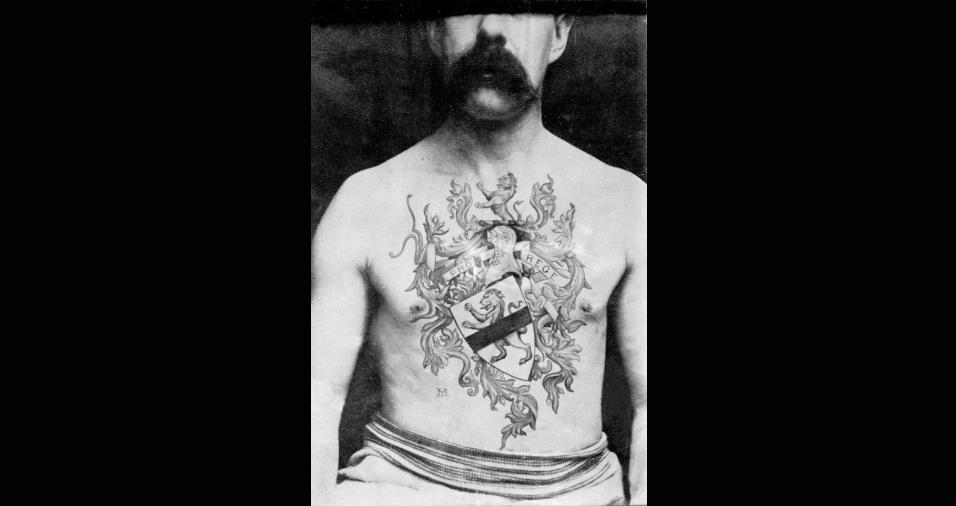 31.mai.2017 - Sutherland ficou, durante os quatro anos que se seguiram, sendo o único tatuador oficial do país que tinha um estúdio e cobrava pelo serviço