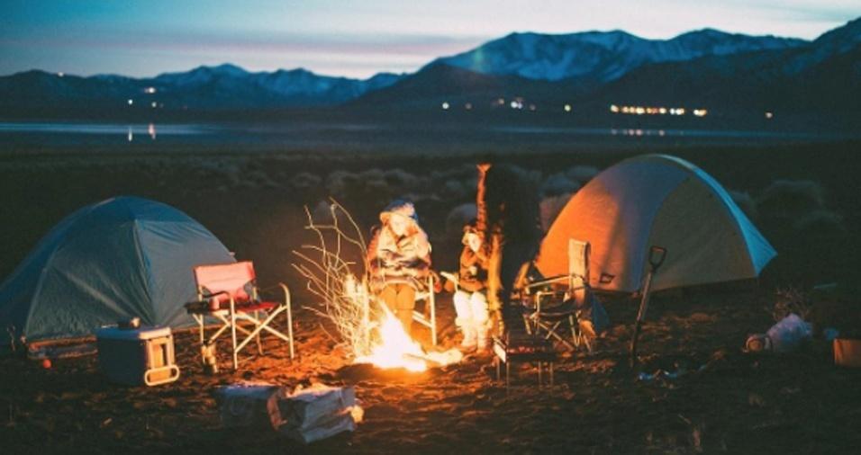 6. Os amigos de Gregg também sentem-se confortáveis perto das chamas, mas, com um bombeiro por perto, a segurança vem em primeiro lugar