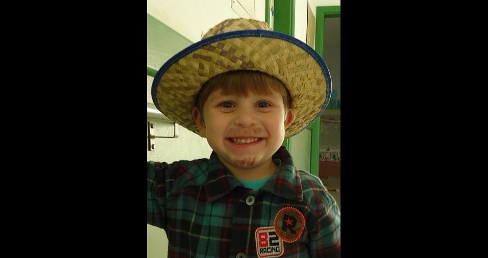 Este lindo caipirinha é Ramon Rocha Bolzan, de Poços de Caldas (MG), filho da Josimara Martins Rocha. Na foto ele estava com quatro anos