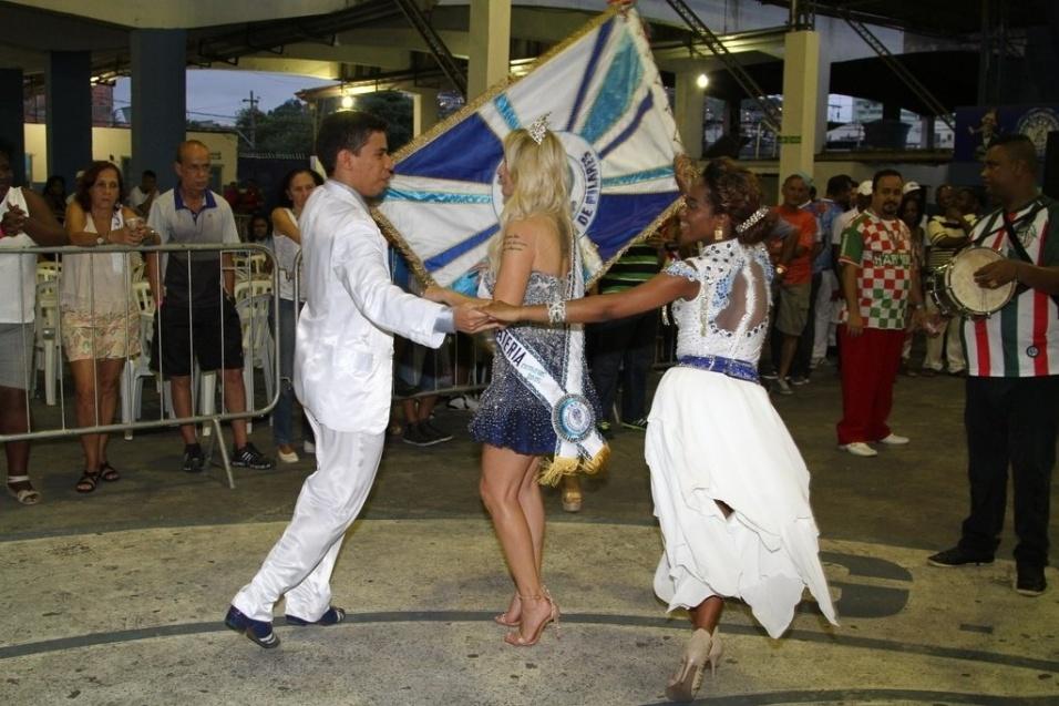 15.nov.2015 - Coroada rainha de bateria, Antônia Fontenelle samba com mestre sala e porta bandeira da Caprichosos de Pilares