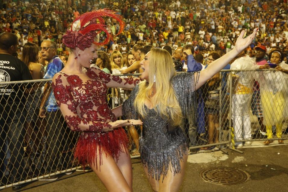 17.jan.2016 - Ana Hickmann e Suzana Vieira esbanjam alegria durante o ensaio da escola de samba Grande Rio, neste domingo, na Marquês de Sapucaí