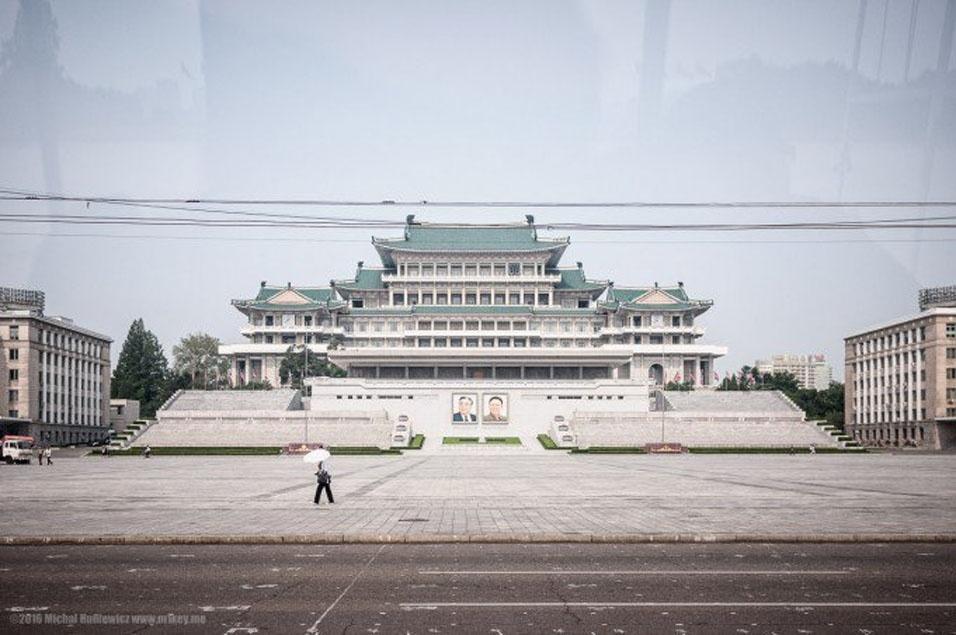"""1. O fotógrafo Michal Huniewicz foi da China à Coreia do Norte para fazer uma coisa ilegal: tirar fotos, apesar das leis rigorosas e do rígido controle das autoridades locais. Para ele, além de ser um dos países mais inacessíveis, a Coreia também é """"possivelmente o país mais misterioso e estranho do planeta"""""""