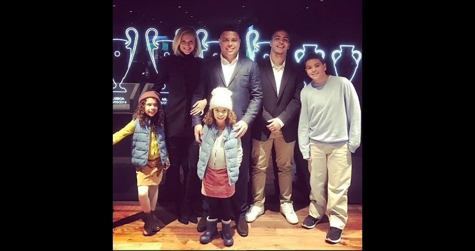 10.jan.2017 - Em outra imagem, agora divulgada pelo filho Ronald na rede social, o pai aparece ao lado da namorada, Celina Locks, e os quatro filhos, mostrando novamente a genética poderosa