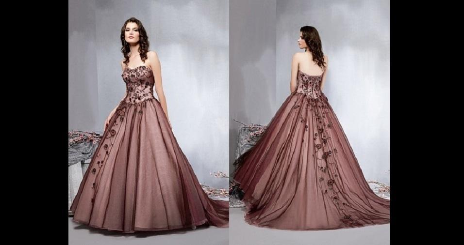 30. E só para mostrar de vez que até o mais improvável pode funcionar, apresentamos o vestido de noiva na cor marrom. Dependendo do tipo de tecido e caimento, ele pode ficar bastante elegante e até mesmo suave para o vestido de uma noiva