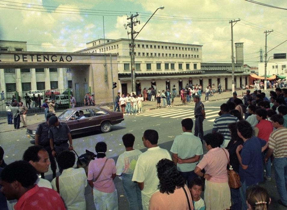 3.out.1992 - Policiais, parentes e curiosos na porta da Casa de Detenção do Carandiru, um dia após o motim