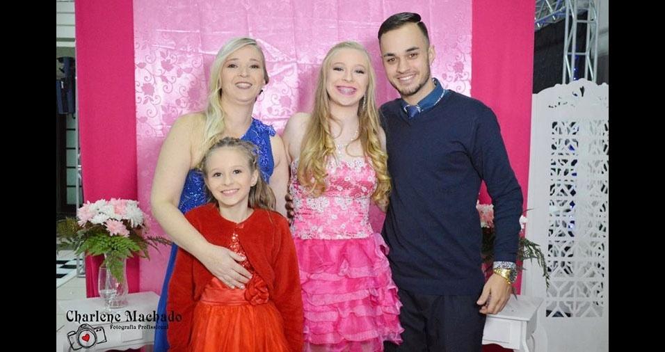 Ismael, Rafaela e Jennifer com a mamãe Claudia, de Rio Grande (RS)