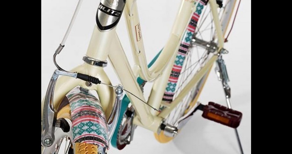 1. Pintura personalizada - Existem fitas adesivas e películas em lojas especializadas que permitem uma fácil personalização da bicicleta. Você também pode fazer em casa com tinta em spray de diversos acabamentos, só lembre de forrar as outras peças e componentes com fita crepe