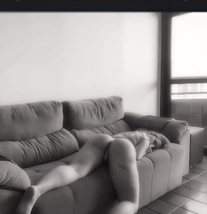 19.dez.2015 - Ruiva faz sucesso na internet mostrando suas curvas, em fotos com poucos retoques ou filtros
