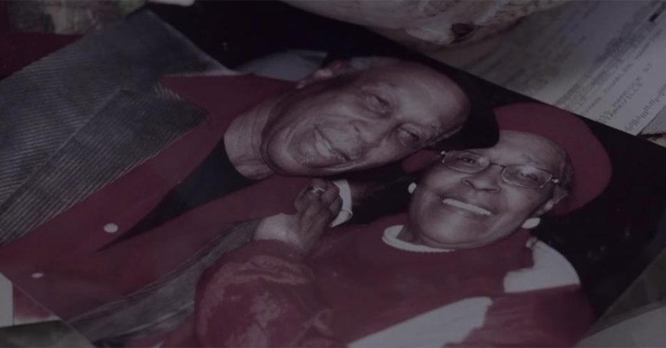 """28.jan.2016 - Após a morte da esposa Louise, depois de um casamento de 59 anos, Charles """"LaLa"""" decidiu fazer de sua casa um memorial, decorando o local com fotos e vídeos de seu amor, além de um jardim cheio de guarda-chuvas. Inspirados pelo memorial criado por LaLa, a banda MuteMath usou o espaço como cenário do clipe da música """"Monuments"""". Charles disse que se emocionou ao ver o vídeo, e acredita que a esposa falecida também teria gostado do clipe. """"Todas as memórias voltaram. Ela teria amado. Ela está amando agora! Ela ficaria com um pouco de vergonha, mas teria amado"""", conta"""