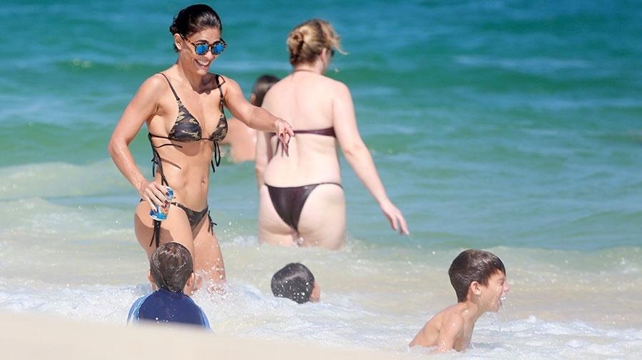 3.abr.2016 - Juliana Paes levou os filhos Pedro e o caçula Antônio para se divertirem na praia da Barra da Tijuca