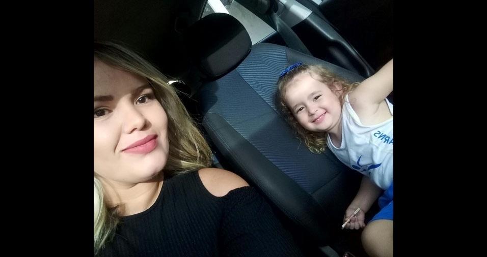 Nayara Alves Pereira com a filha Amora. Elas moram em Petrolina (PE)