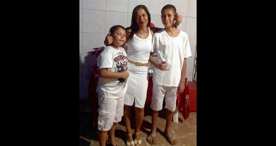 Miguel e Murillo com a mamãe Miralva, de Alagoinhas (BA)