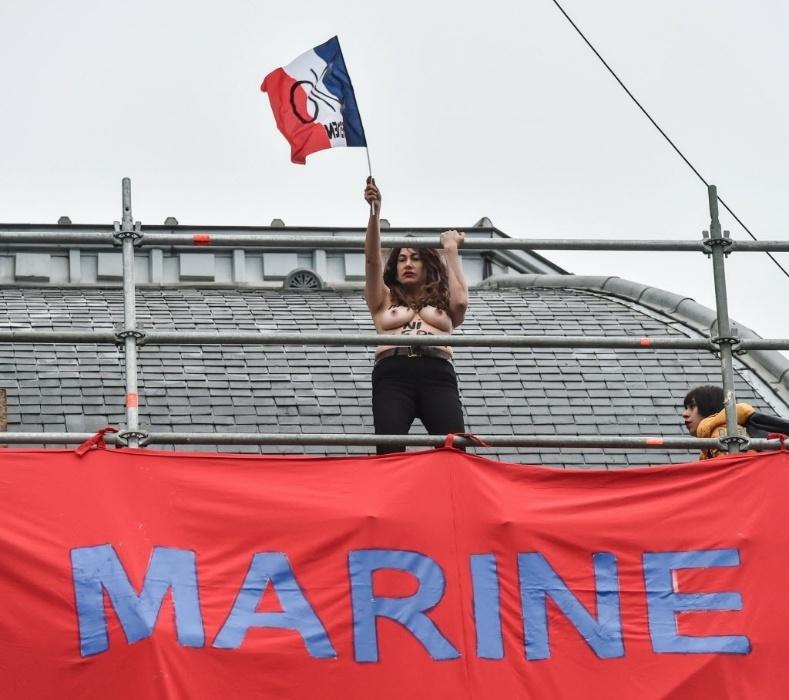 7.mai.2017 - Ativistas do movimento feminista Femen abriram neste domingo (7) um grande cartaz na igreja de Hénin Beaumont, no norte da França, muito perto do local onde hoje votará a candidata ultradireitista à Presidência, Marine Le Pen