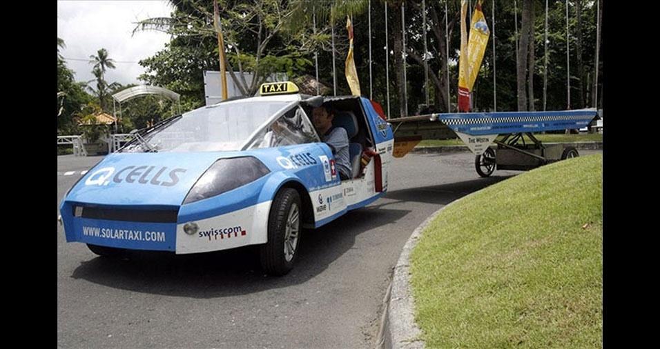 14. O táxi solar criado pelo professor suiço Louis Palmer custa tão caro quanto duas Ferraris, tem uma velocidade máxima de 90 quilômetros por hora mas pode rodar o mundo todo sem precisar parar no posto