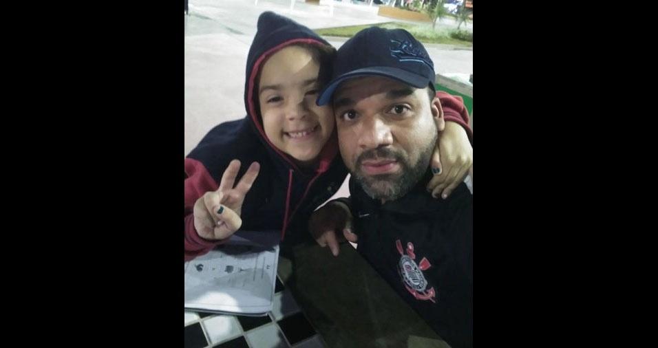 Papai Alex, de 38 anos, com sua filha Isabelly, sete anos, de Diadema (SP)