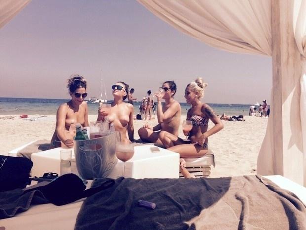 21.jul.2015 - Maria Melilo e suas amigas fazem topless em praia de Ibiza. A vencedora do