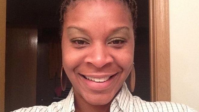 22.jul.2015 - Imagens de um vídeo que mostram o policial que deteve a jovem afro-americana Sandra Bland, encontrada morta no último dia 13 de julho em uma prisão do Texas, revelam que o profissional a ameaçou com uma pistola elétrica durante uma abordagem de trânsito. O policial havia dito que Sandra o chutou, mas pelo vídeo nada foi comprovado. Bland foi detida e encontrada enforcada em sua cela da prisão. Apesar de se tratar oficialmente de um suicídio, tese que é refutada pela família da mulher, as autoridades locais reconheceram que a morte de Bland está sendo investigada como um homicídio.