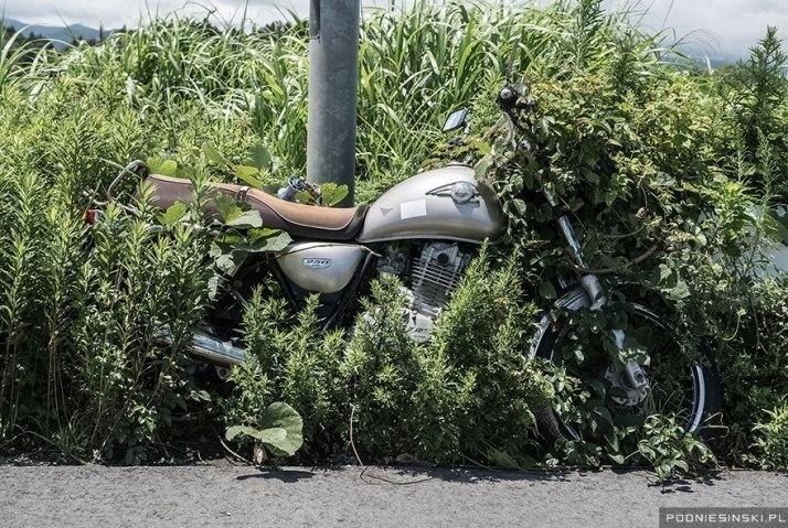 13.out.2015 - Na imagem, uma moto que foi deixada presa a um poste horas antes do desastre