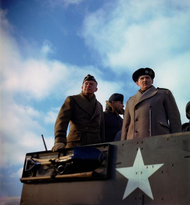 1944 - Comandante norte-americano das tropas aliadas Dwight D. Eisenhower (esq.) e outros comandantes vistoriam tanques em Salisbury, Inglaterra