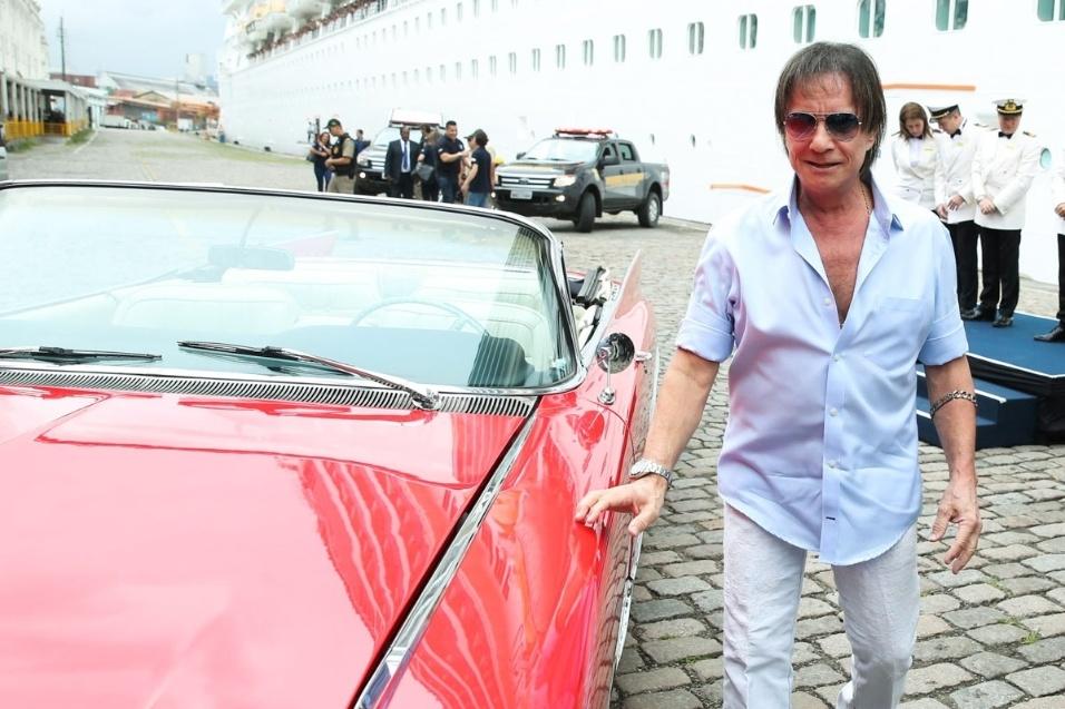 20.jan.2016 - De Cadillac, Roberto Carlos chega ao Porto de Santos