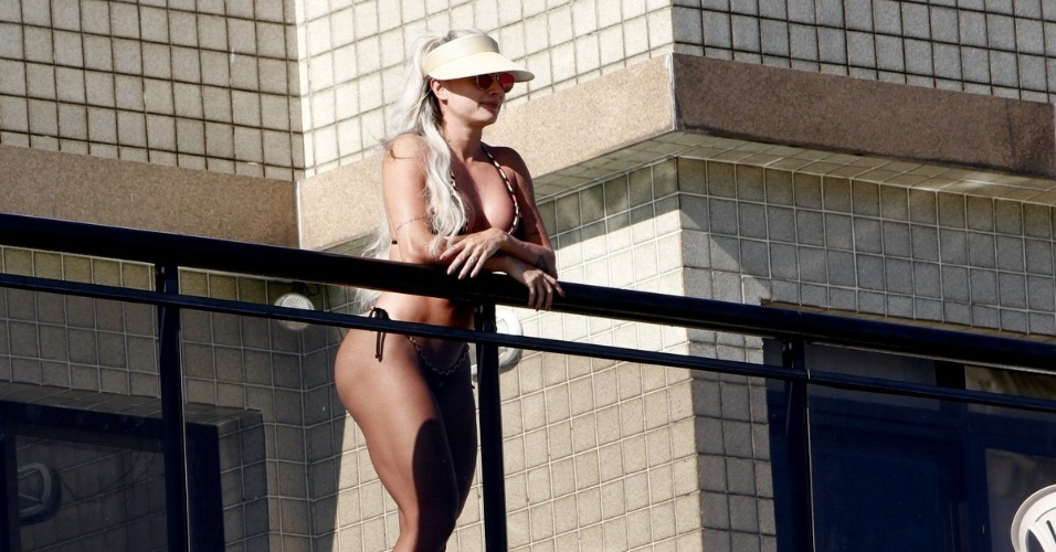 1º.fev.2016 - A ex-panicat Juju Salimeni curte a vista da praia na varanda do apartamento no Rio de Janeiro
