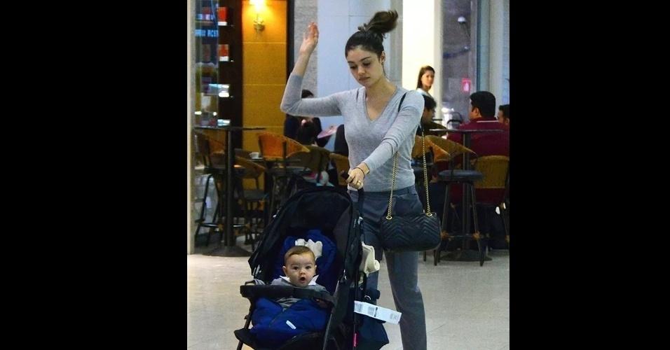2.ago.2016 - O pequeno Otto, filho dos atores Sophie Charlotte e Daniel de Olvieira, de 5 meses, foi visto passeando com a mamãe no aeroporto Santos Dumont, no Rio de Janeiro. O garotinho percebeu a presença dos fotógrafos e ficou curioso durante os cliques