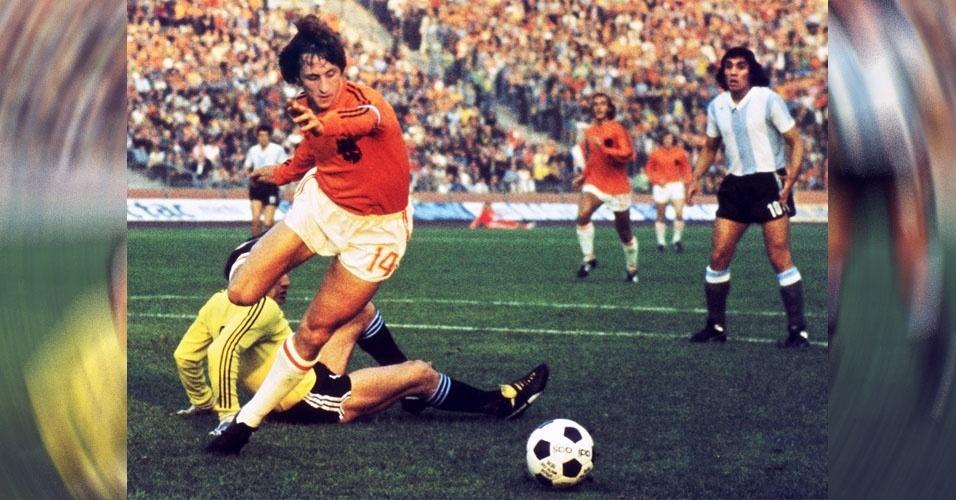 10. O lendário Johan Cruyff, morto em 2016, considerado o maior jogador de futebol da Europa, se tornou o primeiro atleta a receber a Bola de Ouro da Fifa três vezes, em 1971, 1973 e 1974