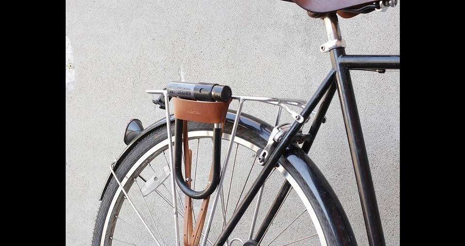 32. Os cadeados para bicicletas são muito pesados para serem carregados na mochila e ainda arranham as cestinhas e guidões. Este porta-cadeado de couro ecológico é ideal para transportar o item e ainda garante um charme a mais à bicicleta