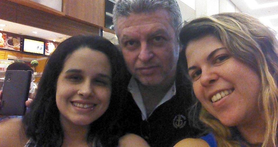 """Elisa Arruda Seilhe e Fernanda Almeida e Souza Seilhe com o papai Ernani: """"Amor sem fim!"""""""